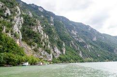 Montagna e fiume Fotografia Stock