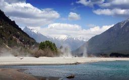 Montagna e fiume della neve Fotografie Stock