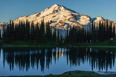 Montagna e lago Fotografie Stock Libere da Diritti