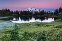 Montagna e lago Immagini Stock Libere da Diritti