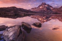 Montagna e lago all'alba Immagini Stock Libere da Diritti