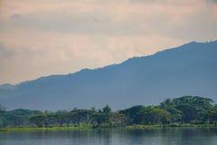 Montagna e lago con la nuvola unica nel lago Phayao, provincia del Nord della Tailandia fotografie stock