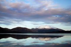 Montagna e lago dopo Aunset fotografia stock