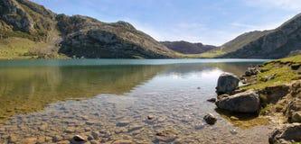 Montagna e lago (panoramici) Fotografie Stock