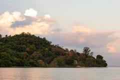 Montagna e mare naturali delle foreste nella sera Fotografia Stock