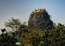 Montagna e monastero di Popa fotografie stock libere da diritti