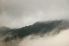 Montagna e nuvola immagine stock