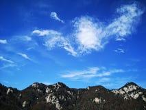 Montagna e nuvole bianche di galleggiamento nella caduta fotografie stock libere da diritti