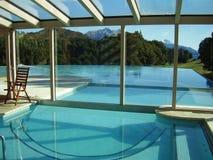 Montagna e piscina Fotografia Stock Libera da Diritti