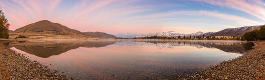 Montagna e riva del lago di panorama con il bello cielo Immagine Stock Libera da Diritti