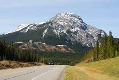 Montagna e strada Immagini Stock