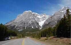 Montagna e strada principale di bobina Fotografia Stock