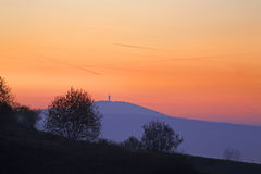Montagna e torre della TV vicino a Vitanova slovakia Immagine Stock Libera da Diritti