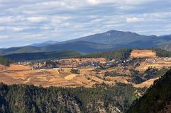 Montagna e villaggio della neve di Haba Fotografie Stock