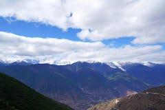 Montagna e villaggio della neve di Meili Fotografia Stock