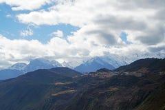Montagna e villaggio della neve di Meili Fotografie Stock