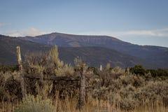 Montagna a ferro di cavallo dalla città della primavera Fotografia Stock Libera da Diritti