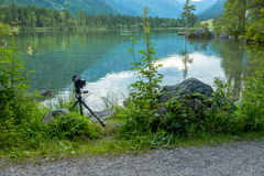 Montagna Forest Lake e macchina fotografica su un treppiede Fotografie Stock Libere da Diritti