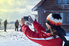 Montagna fotografata giovane donna nell'inverno fotografia stock