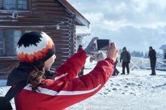 Montagna fotografata giovane donna nell'inverno fotografie stock libere da diritti