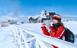 Montagna fotografata giovane donna nell'inverno immagine stock