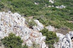 Montagna greca Rocky Landscape With Coarse Vegetation immagini stock libere da diritti