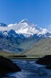 Montagna himalayana con la priorità alta del fiume Fotografia Stock
