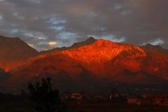 Montagna himalayana dhauladhar del ghiaccio e del fuoco fotografie stock libere da diritti