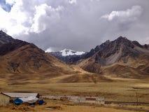 Montagna innevata ad Abra La Raya Pass nelle Ande peruviane fotografia stock