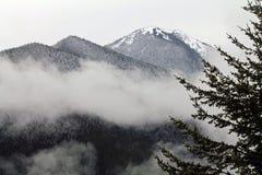 Montagna innevata con le nuvole Immagini Stock