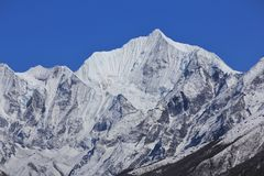 Montagna innevata Gangchenpo in primavera Valle di Langtang, nodo Immagine Stock