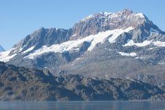 Montagna innevata nella baia di ghiacciaio, Alaska fotografia stock libera da diritti