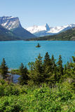 Montagna, lago ed isola immagini stock