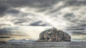 Montagna in mare ad alba Immagine Stock