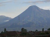 Montagna Merapi ed immagine 001 della nuvola Fotografia Stock Libera da Diritti