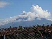 Montagna Merapi ed immagine della nuvola Immagine Stock