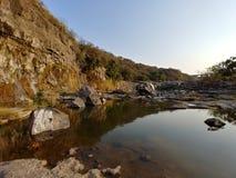 Montagna naturale del cielo blu dell'acqua del cielo del fiume di vista Fotografia Stock