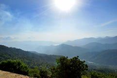 Montagna naturale nella vista del paesaggio del sole Immagine Stock