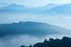 Montagna in nebbia Fotografie Stock Libere da Diritti