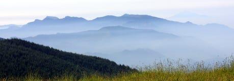 Montagna in nebbia Fotografia Stock Libera da Diritti
