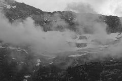 Montagna nebbiosa, Italia fotografia stock libera da diritti