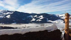 Montagna nebbiosa nelle alpi Immagini Stock