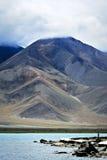 Montagna nel lago karakul Fotografia Stock