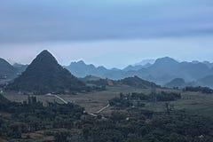 Montagna nel Vietnam dalla collina Immagini Stock