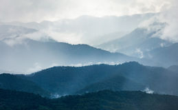 Montagna nell'inverno con nebbia e la nuvola Fotografie Stock