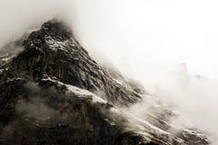 Montagna nella foschia Fotografie Stock