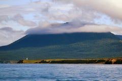 Montagna nelle nuvole sulla costa fotografia stock libera da diritti