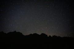 Montagna nera con le stelle piene immagini stock libere da diritti