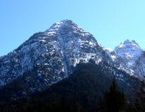 Montagna, neve e cielo. Immagine Stock
