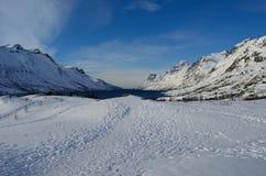 Montagna nevosa alta maestosa con cielo blu ed il fiordo vibranti Fotografia Stock Libera da Diritti